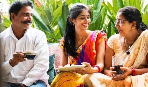 indisk familie drikker te assam, assam te, chai, chai te, darjeeling te, fremstilling, indien, indisk te